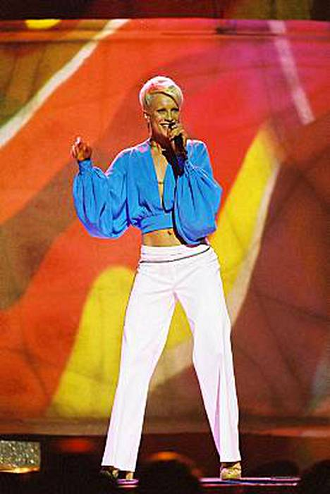 ...ja Laura Tallinnan euroviisuissa 2002.