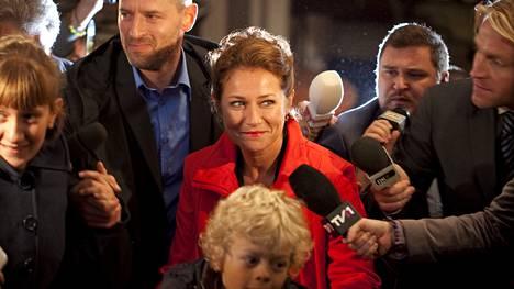 Vallan linnake -sarjassa oppositiopuolueen puheenjohtaja Birgitte Nyborg (Sidse Babett Knudsen, kesk.) nousee pääministeriksi.