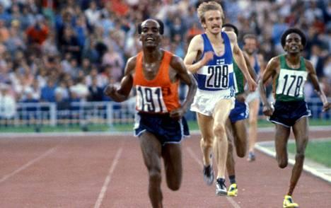 Etiopian Miruts Yifter (vas.) kukisti 10 000 metrin olympiafinaalin loppukirissä Suomen Kaarlo Maaningan (kesk.) ja maanmiehensä Mohamed Kedirin.