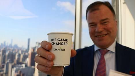 Kotkamills-yhtiön toimitusjohtaja Markku Hämäläinen esitteli kierrätettävää ja biohajoavaa kahvikuppia New Yorkissa.