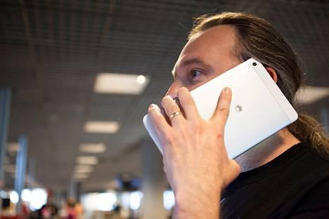 7-tuumainen tabletti puhelinkäytössä.