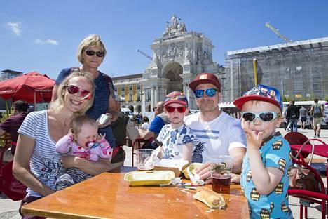 Kuoksan perhe nautti Lissabonin auringosta ja viisukylän tunnelmasta.