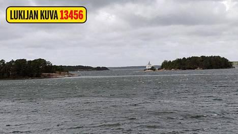 Toinen kalastajista kertoo, että alueella käy kova tuuli.