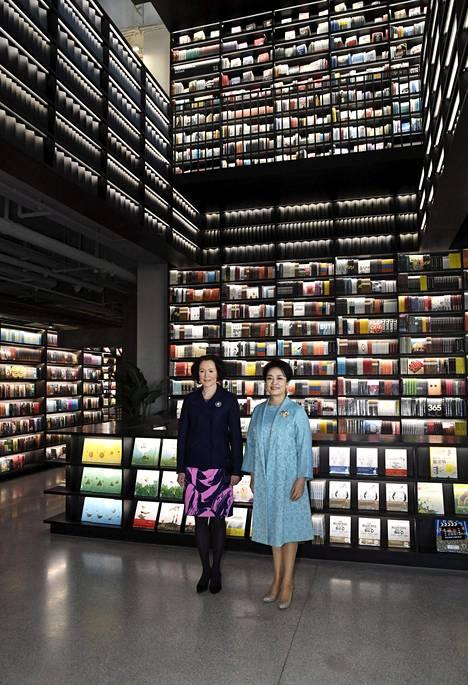 Presidenttien rouvat tutustuivat kirjakaupan antiin Pekingissä.