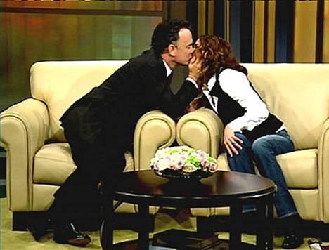 Tom Hanks ja Julia Roberts suuteloivat televisiossa.