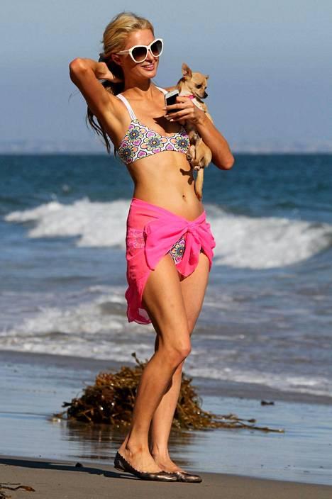 Paris Hiltonin vartalo on näyttävässä kesäkunnossa.