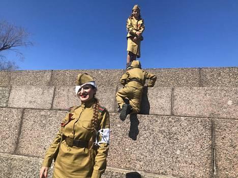 Diana Jamshtshikova oli pukeutunut sodan ajan sairaanhoitajaksi. Lapset Nadja ja Vladislav kiipeilivät niin ikään retroasuissaan.