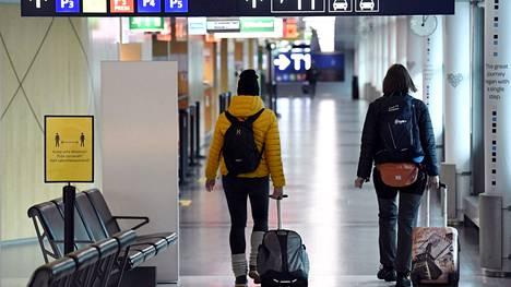 Matkustajia lähdössä lennolle Helsinki-Vantaan lentoasemalla Vantaalla 9. huhtikuuta 2021.