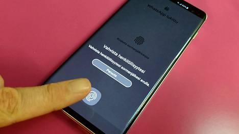 WhatsApp-keskustelut voi nyt suojata sormenjälkitunnistuksella. Pikaviestimellä vastaanotettuihin kuviin pääsee silti käsiksi kiertotien kautta.