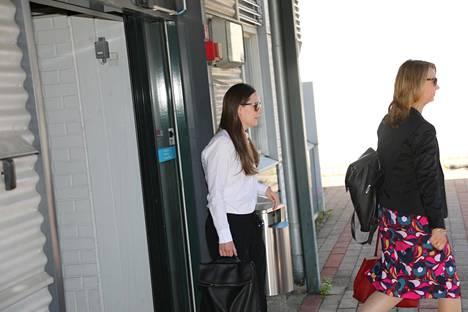 Aurinkolaseissa terminaalista ministeriautoon kävellyt pääministeri Sanna Marin ei halunnut lausua sanaakaan tukipakettineuvotteluiden lopputuloksesta.