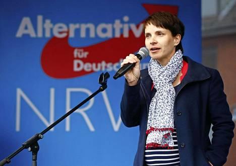"""Frauke Petry haukkui monikulttuurisuutta puolustavan """"Saksa on värikäs"""" -kampanjan toteamalla, että kompostiläjäkin on värikäs."""