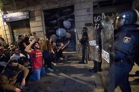 Mielensoittajia ja poliiseja Barcelonassa maanantai-iltana.