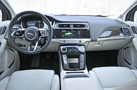 Ohjaamo on nykyaikaisen tyylikäs. Ajoasennosta saa hyvän, ja ohjauspyörä säätyy laajasti niin pituus- kuin korkeussuunnassakin.