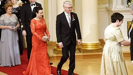 Kansanedustaja Pirkka-Pekka Petelius ja vaimo Erika Skön Linnan juhlissa itsenäisyyspäivänä.