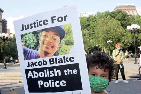 Jacob Blaken kuvaa pitävä mielenosoittaja vaatii poliisin lakkauttamista.
