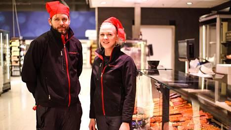 Turo Lauttamus ja Maris Kiviaid-Rantanen ovat valmiina palvelemaan asiakkaita K-Citymarket Pirkkalan palvelutiskillä. Tänä vuonna tuoreen kalan voi hakea vaikka keskellä yötä.