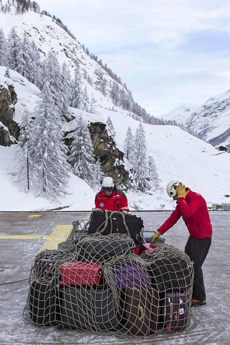 Turistien laukkuja pakattiin nostettavaksi helikopterilla Zermattissa tammikuun 10. päivä, jolloin hiihtokeskus viimeksi oli suljettuna lumen takia.