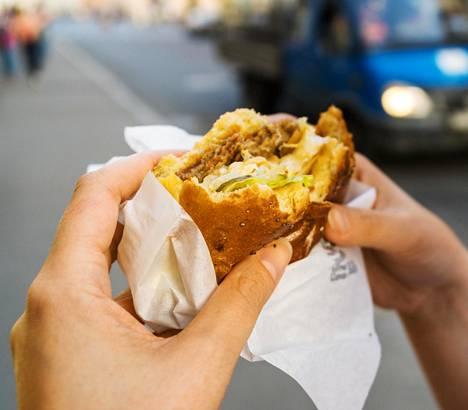 Hampurilaisen hotkiminen kiireessä kadulla ei ole ihan viisain lounastapa.