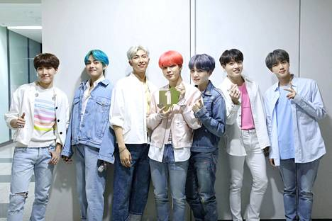 Poikabändiin kuuluvat J-Hope, V, RM, Jimin, Suga, Jungkook ja Jin.