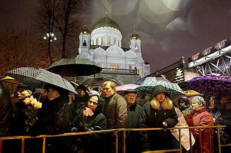 Venäläiset jonottivat Aleksi II:n hauta-arkulle sateisessa Moskovan maanantai-illassa.