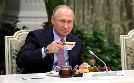 Venäjän presidentti Vladimir Putin on myöntänyt hanakasti kansalaisuuksia tunnetuille henkilöille.