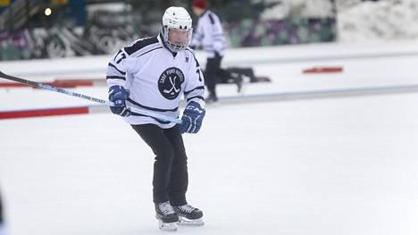 Sauli Niinistö on nähty aiempina vuosina jäällä Save Pond Hockey -pipolätkäturnauksessa Helsingissä. Kuva helmikuusta 2020.