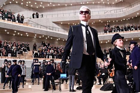 Lagerfeld näytöslavalla Hudsonin kanssa vuonna 2017.