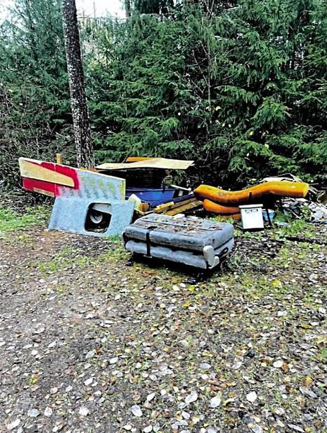Pihamaalta paljastui monenlaisia roskakasoja.