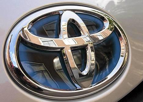 Yariksen keulasta löytyy oma sinireunainen Toyotan hybridilogo.