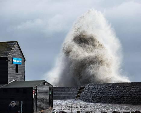 Britanniassa Dennis-myrsky iski jo koko voimallaan Dorsetin kalkkikivirannikolle.