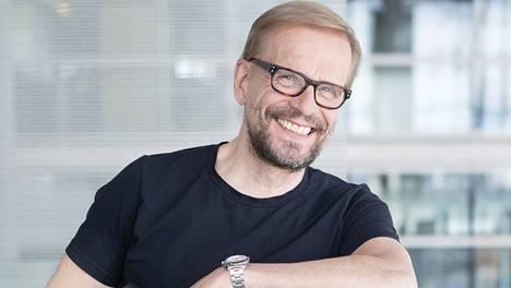 Näyttelijä Jukka Puotilan voi nähdä Kirjurinluodon Kesäteatterin Lentävät morsiamet -näytelmässä Porissa.
