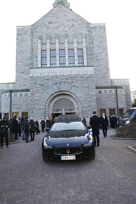 Myös Matti Ahde saatettiin viimeiselle matkalleen saman auton kyydissä. Kuva Kallion kirkon edustalta tammikuussa 2020.