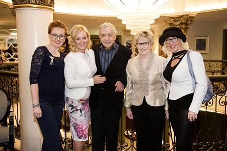 Sirpa Selänteen perhe poseerasi kirjan julkistamisjuhlissa harvinaisessa yhteiskuvassa. Sirpan vasemmalla puolella sisko Tiina Ripatti, ja oikealla isä Erkki Vuorinen, äiti Terttu Vuorinen ja sisko Jaana Vuorinen.