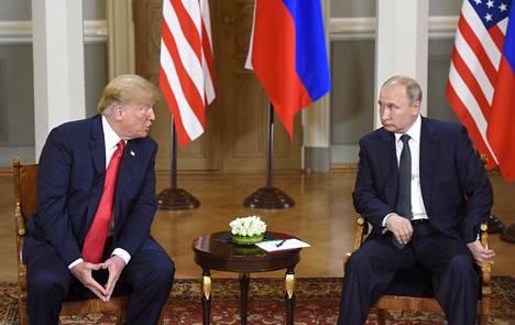 Donald Trump ja Vladimir Putin kuvattiin Presidentinlinnassa ennen heidän kahdenvälisten neuvottelujensa alkamista heinäkuun 2018 huippukokouksessa.