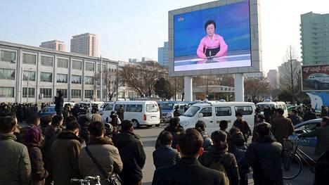 Ihmiset kerääntyivät seuraamaan uutislähetystä Pohjois-Korean pääkaupungissa Pjongjangissa keskiviikkona, jolloin maa kertoi tehneensä onnistuneesti neljännen ydinkokeensa.