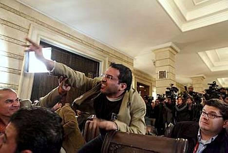 George W. Bushia kengällä heittäneen Muntadhar al-Zeidin tuomiota on lyhennetty kolmella kuukaudella.