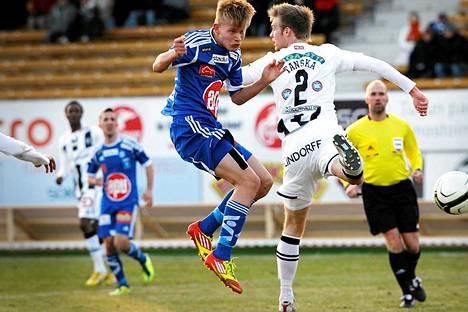 Jani Tanska (oik.) vaihtaa TPS:n paidan FC Lahden peliasuun.