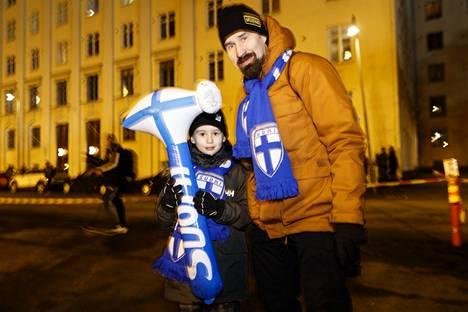 Emil ja Tatu Harviainen fanittivat Huuhkajia Helsingissä.