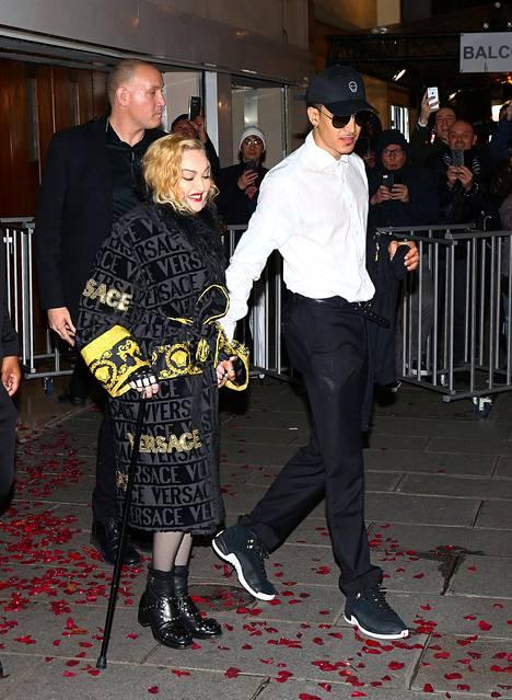 Madonna kuvattuna maaliskuussa uuden poikaystävänsä Ahlamalik Williamsin kanssa Pariisissa.