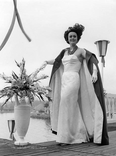 Hilkka Kinnunen loisti nimiroolissa Operettiteatterin Kreivitär Mariza -esityksessä Soutustadionilla vuonna 1962.