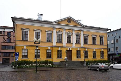 Raatihuoneella järjestettiin tanssiaiset, kun kaupunkilaiset päihittivät venäläisjoukkojen kanssa englantilaiset hyökkääjät.