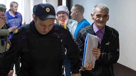 Juri Dmitrijev (oik) pääsi viime lauantaina pois tutkintavankeudesta.
