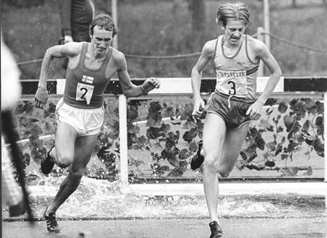 Vesa Laukkanen (vas.) vauhdissa Suomi–Ruotsi-maaottelussa vuonna 1976.