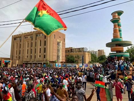 Heinäkuun alussa Burkina Fasossa oppositiopuolueen tukijat osallistuivat mielenosoitukseen tuomitakseen hallituksen tavan käsitellä turvallisuustilannetta liittyen islamistisiin militantteihin.
