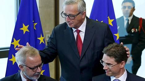 Jean-Claude Juncker pöyhi Jyrki Kataisen (oik.) ja Europpan investointipankin pääjohtajan Werner Hoyerin hiuksia Brysselissä heinäkuussa 2015.