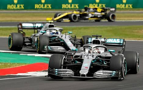 Hamilton (edessä) ja Bottas ottavat yhteen seuraavan kerran heinäkuussa.