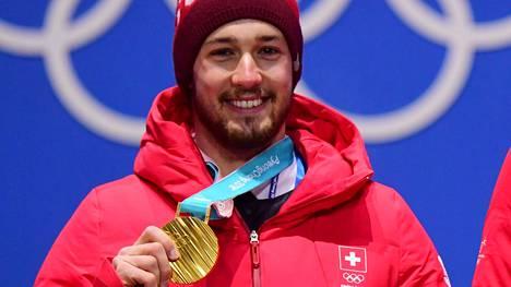 Luca Aerni esittelemässä kultamitaliaan.