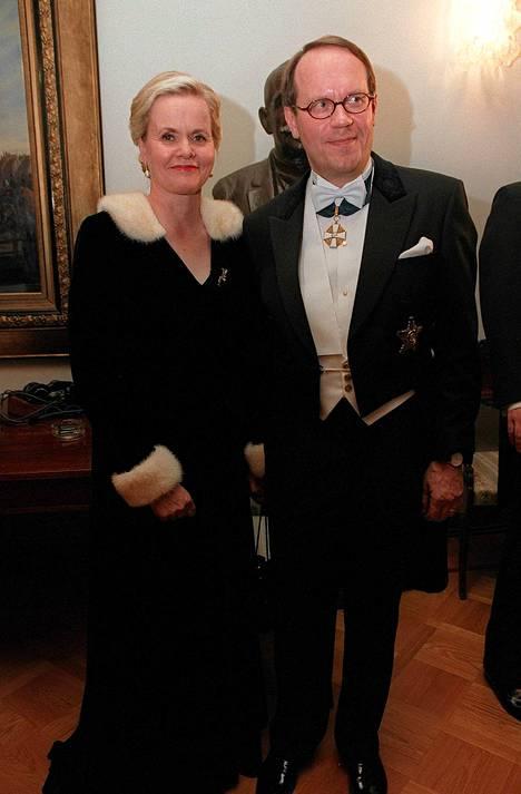 Ollila Sirkka-vaimonsa kanssa Linnan juhlilla vuonna 1999.