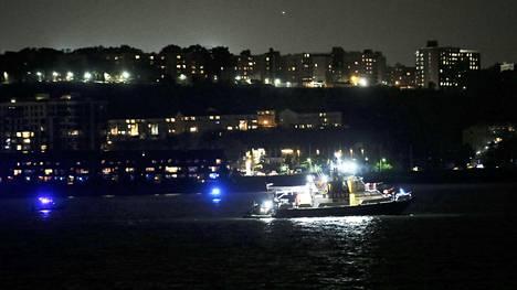 Poliisiveneet etsivät konetta Hudsonjoesta yöllä