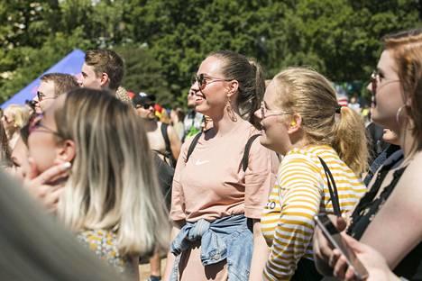 Fanit seurasivat keikkaa aurinkoisella Rantalavalla.